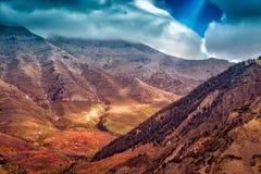 Lichtstrahlen glänzen durch die Wolken auf einer drastischen Landschaft stockfotos