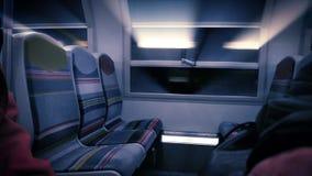 Lichtstrahlen kommend durch das Zugmetrofenster stock footage