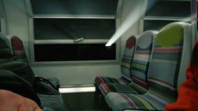Lichtstrahlen kommend durch das Zugmetrofenster stock video footage