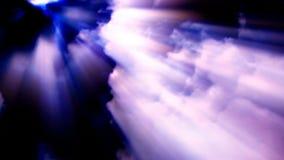 Lichtstrahlen strömen durch Zeitspannewolken in einem bewölkten Himmel lizenzfreie abbildung