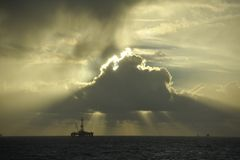 Lichtstrahlen Sun über Bohrinsel Lizenzfreies Stockfoto
