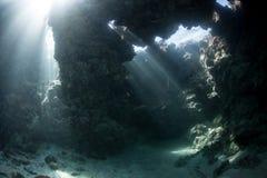 Lichtstralen en Onderwatergrot Stock Afbeelding