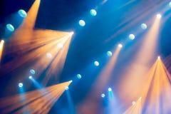 Lichttechnische Ausrüstung auf dem Stadium des Theaters während der Leistung Die hellen Strahlen vom Scheinwerfer durch den Rauch Stockfotos