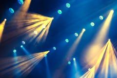 Lichttechnische Ausrüstung auf dem Stadium des Theaters während der Leistung Die hellen Strahlen vom Scheinwerfer durch den Rauch Lizenzfreies Stockfoto