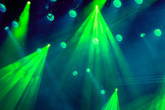 Lichttechnische Ausrüstung auf dem Stadium des Theaters während der Leistung Die hellen Strahlen vom Scheinwerfer durch den Rauch Lizenzfreie Stockbilder