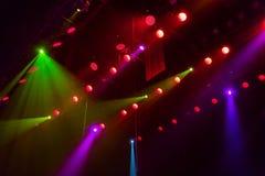 Lichttechnische Ausrüstung auf dem Stadium eines Theaters oder des Konzertsaals Die Strahlen des Lichtes von den Scheinwerfern Ha Stockfoto