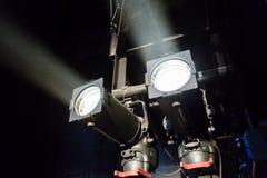 Lichttechnische Ausrüstung auf dem Stadium eines Theaters oder des Konzertsaals Die Strahlen des Lichtes von den Scheinwerfern Ha Lizenzfreie Stockfotos