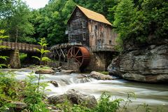 Lichtungs-Nebenfluss-Mahlgut-Mühle lizenzfreie stockbilder
