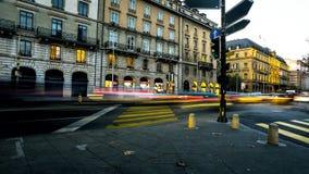 Lichtunschärfen von Leuten und von Verkehr auf städtischen Straßen der beschäftigten Stadt stockfotografie