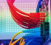Lichtwellenleiter schlossen an Optikhäfen und Netzkabel an stockfotos