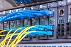 Lichtwellenleiter schlossen an Optikhäfen und Netzkabel an lizenzfreie stockfotos