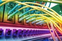 Lichtwellenleiter schlossen an Optikhäfen und UTP-Netzkabel an lizenzfreie stockfotos