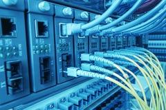 Lichtwellenleiter schlossen an Optikhäfen und UTP-Netzkabel an stockfotos