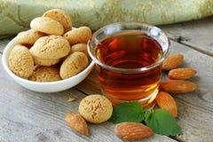 Licor Amaretto da sobremesa com biscoitos da amêndoa (amarittini) fotografia de stock