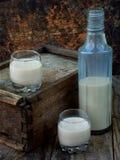 Licor Baileys de la crema del café irlandés en vidrio y botle en fondo de madera Fotografía de archivo