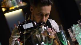 Licor de medição do empregado de bar para o cocktail com jigger vídeos de arquivo