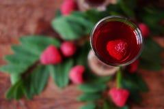 Licor do fruto da framboesa em dois vidros de tiro com bagas e gre Fotos de Stock Royalty Free