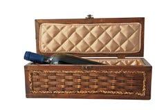 Licor o alcohol en el envase de madera aislado en blanco Imagen de archivo libre de regalías
