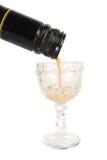 Licor que cai nos vidros no fundo branco fotos de stock royalty free