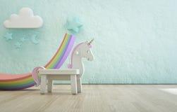 Licorne blanche de jouet sur le plancher en bois de la pièce d'enfants avec le fond concret bleu approximatif vide de mur de text Illustration Stock
