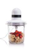 Licuadora eléctrica llenada de diversas frutas aisladas Fotografía de archivo libre de regalías