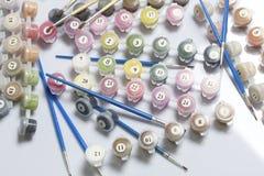 Liczący zbiorniki z farbami i muśnięciami różni rozmiary Dla malować liczbami Rozlewający out na białym tle zdjęcie stock