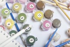 Liczący zbiorniki z farbami i muśnięciami różni rozmiary Dla rysować liczbami Notepad i ołówek dla nakreśleń Rozlewający o fotografia royalty free