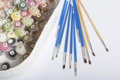 Liczący zbiorniki z farbami i muśnięciami różni rozmiary Dla rysować liczbami W zbiorniku na białym tle obrazy stock