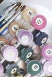 Liczący zbiorniki z farbami i muśnięciami różni rozmiary Dla rysować liczbami W zbiorniku na białym tle fotografia stock
