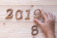 2019 liczb na drewnianym tle, Biznesowi cele, misja, postanowienie, nowy rok Nowy Ty obrazy stock