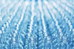Liczb puste szklane butelki na konwejerze Fotografia Stock