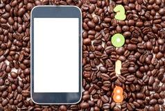 2018 liczb w kawowych fasoli tle i mądrze telefon na le Obrazy Royalty Free