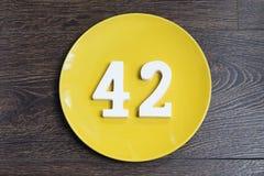 Liczba czterdzieści dwa na żółtym talerzu fotografia stock