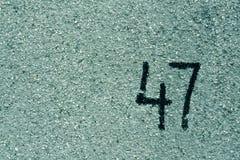 liczba czterdzieści siedem na cyan tynk ścianie Obrazy Stock