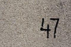liczba czterdzieści siedem na szarość tynku ścianie Obrazy Stock