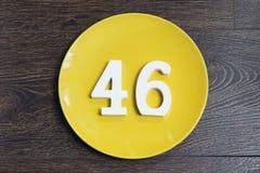 Liczba czterdzieści sześć na żółtym talerzu zdjęcie royalty free