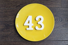 Liczba czterdzieści trzy na żółtym talerzu obrazy stock