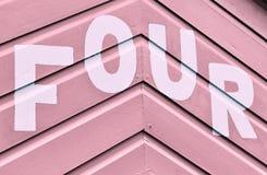 Liczba CZTERY w listach pisać na stronie drewniana plażowa buda Obraz Royalty Free