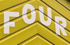 Liczba CZTERY w listach pisać na stronie drewniana plażowa buda Zdjęcie Royalty Free
