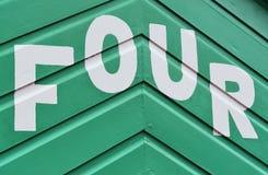 Liczba CZTERY w listach pisać na stronie drewniana plażowa buda Zdjęcia Stock