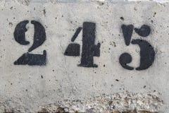 Liczba dwieście czterdzieści pięć malujący matrycuje na betonowej ścianie zdjęcia stock