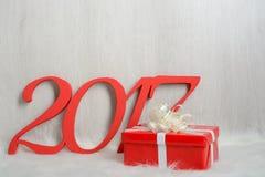 Liczba 2017 i Bożenarodzeniowi prezenty na białym dywanie Fotografia Stock