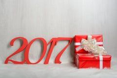Liczba 2017 i Bożenarodzeniowi prezenty na białym dywanie Zdjęcia Royalty Free
