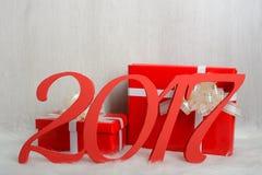 Liczba 2017 i Bożenarodzeniowi prezenty na białym dywanie Obrazy Royalty Free