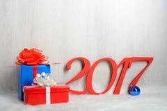 Liczba 2017 i Bożenarodzeniowi prezenty Zdjęcia Royalty Free