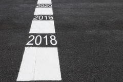 Liczba 2018, 2020 na asfaltowej drodze Obraz Royalty Free
