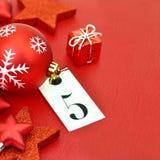 Liczba pięć na etykietce i bożych narodzeń ornamets Fotografia Stock