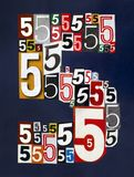 Liczba Pięć zrobił od liczb ciie od magazynów na ciemny błękitnym Fotografia Stock