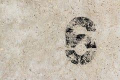 Liczba sześć 6 na betonowej ściany tle Zdjęcie Royalty Free