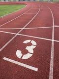 Liczba trzy Duża bielu śladu liczba na bieg gumy torze wyścigów konnych Zdjęcie Royalty Free